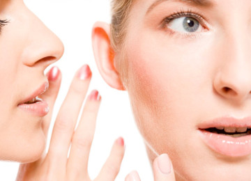 К чему горят щеки и уши: приметы