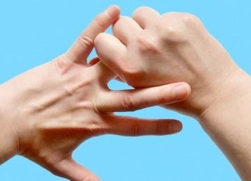 Примета: чешется указательный, безымянный палец, мизинец на правой или левой руке