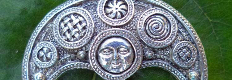 Оберег Лунница: значение для женщин