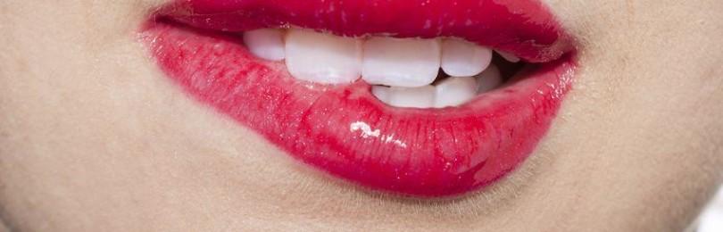 Прикусить губу: приметы про нижнюю и верхнюю, во время еды и разговора