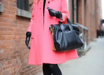 Коралловое пальто: с каким шарфом носить, головным убором, обувью