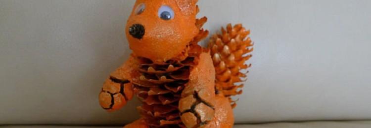 Белка из шишек и пластилина своими руками: осенняя поделка пошагово