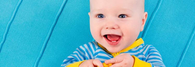 Первый зубик: приметы и обычаи, зачем и что дарит крестная мальчику, девочке