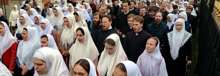 Головной убор в церкви: для мужчин, женщин, можно ли молиться в шапке