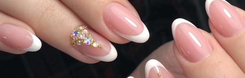 Френч на миндалевидных ногтях с дизайном