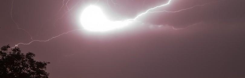 Приметы с молниями: попала в купол храма, дом или задела человека